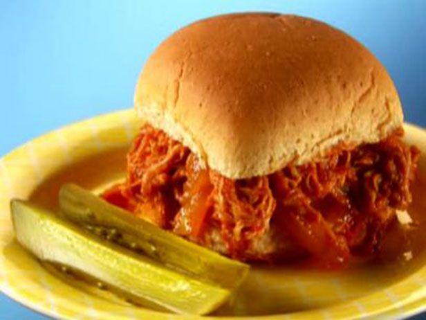 Uma receita deliciosa para o Final de Semana: Esse sanduíche de carne de porco ao molho de churrasco. Chef: Lisa Lillien