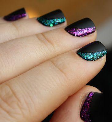 Freja liebt schillernde Fingernägel. Freja loves colorful painted fingernails.