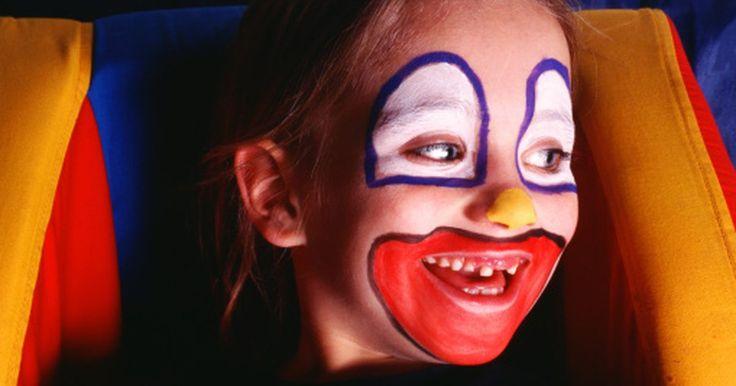 Cómo hacer pintura para tu cara. Cualquiera sea tu disfraz favorito, puedes hacer que tu apariencia sea más realista y entretenida al pintar tu cara. Los niños y adultos disfrutan usando una pintura suave para el rostro para añadir detalles como bigotes, grandes narices o incluso aletas y escamas. Puedes hacer una pintura básica en casa para poner en la cara fácilmente y que ...