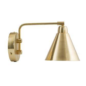 Game vägglampa mässing från House Doctor är en praktisk vägglampa med svängbar arm som gör att du kan rikta ljuset åt det håll du vill. Lampans skärm kan även tiltas upp och ner som du vill. Den har en snygg, lite industriell design i järn med mässingsfinish och är enkel att placera i de flesta hem. Perfekt som sänglampa, att hänga över köksbänken eller vid läsfåtöljen!