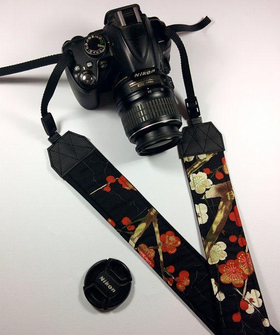 Tracolla per fotocamera SLR, DSLR, imbottita, in cotone nero con fiori di ciliegio rossi e bianchi. Tracolla fotocamera stile japan