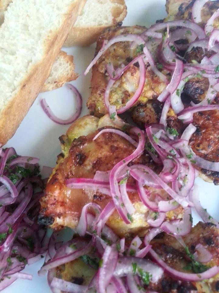 Kip Tandoori met uien relish. De scherpte van de uien samen met de volheid van de kip gemarineerd in yoghurt. Een gerecht wat met de vingers gegeten MOET worden.