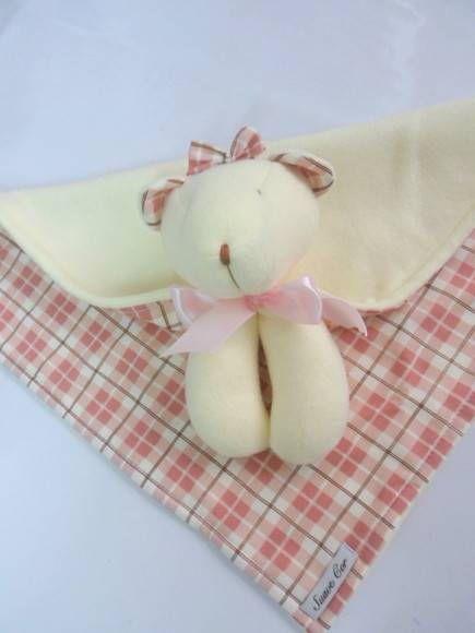Confeccionado em soft e tecido. A medida da mantinha sem contar com a cabeça da ursinha é de 35cm X35cm. R$ 42,00