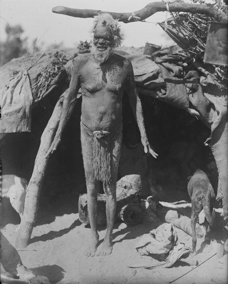File: Il vecchio davanti alla sua Australia 1919 capanna, fotografia di H. Basedow.jpg