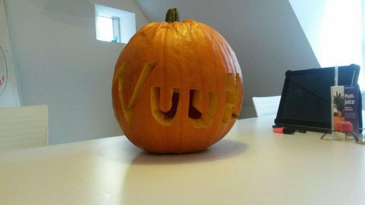 Færdigt udskåret græskar - Carved logo pumpkin done #office #carving #pumpkin #halloween #aarhus #Vuuh #græskar #udskæring #fun #sjov #kontor #logo #scary #prices #checkitout #DIY