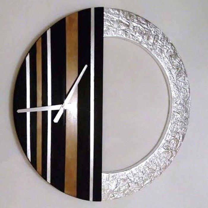 Χειροποίητο διακοσμητικό ρολόι τοίχου (minimal) φτιαγμένο με ακρυλικό μαύρο χρώμα, μεταλλικό μπρονζέ και φύλλο ασημί. Πάστα διαμόρφωσης που δημιουργεί ανάγλυφη επιφάνεια στο εξωτερικό του κύκλου με εντυπωσιακό design. Έχει περαστεί με βερνίκι σατινέ για την προστασία και όμορφο φινίρισμα. Oι δείκτες του ρολογιού είναι μεταλλικοί και ο μηχανισμός του αθόρυβος. Διαστάσεις: 60/60cm και 80/80cm