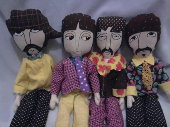 """Bonecos inspirados nos integrantes da banda """"The Beatles"""": George, Paul, John e Ringo. Feitos em tecido 100% algodão e recheados com fibra siliconada. Rostos pintados à mão. Modelos exclusivos. R$220,00"""
