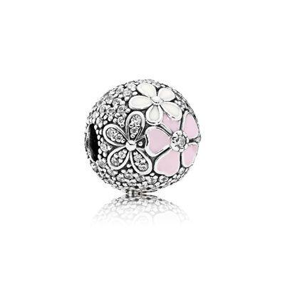 PANDORA | Charm bol met bloemetjes | Deze sterling zilveren clip laat PANDORA's meest favoriete bloemen zien met glanzende emaille en een verfraaid textuur. De combinatie van de bloemen laat je bedelarmband stralen. Bestel nu de Charm bol met bloemetjes!
