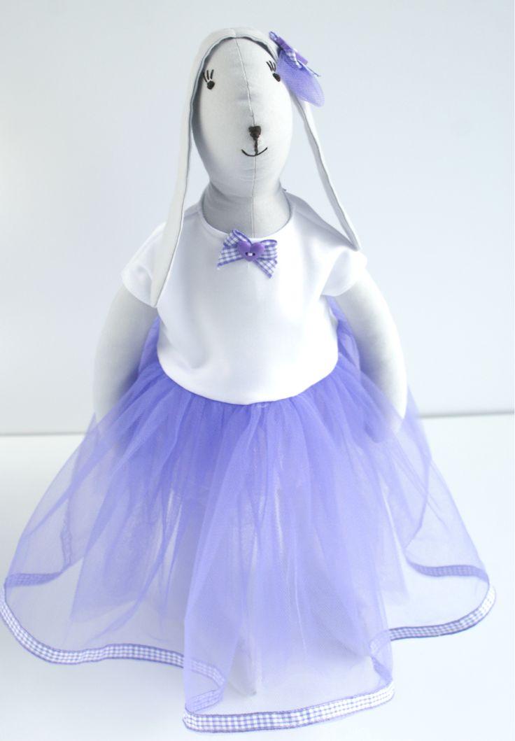 Zając Tilda w tiulowej lawendowej sukience.