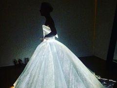 光のドレスをまとって登場! クレア・デインズがMet Galaで神秘的に輝く - ねとらぼ