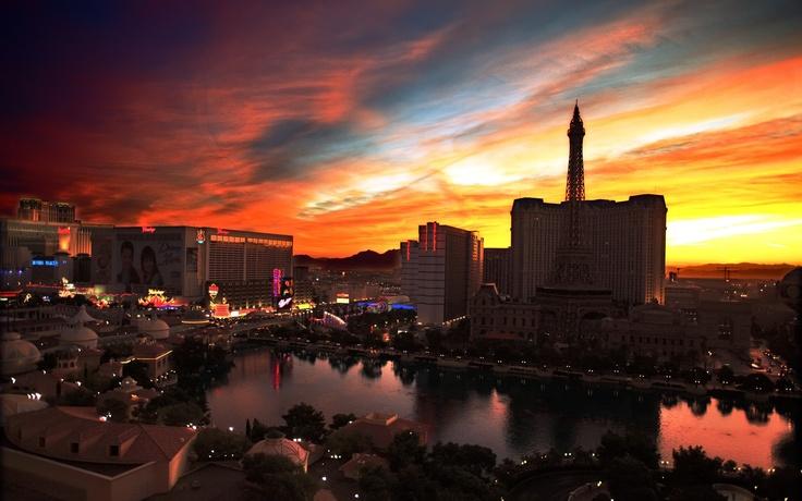 """Las Vegas fica no meio do deserto de Arizona, a cidade do pecado foi fundada pelo mafioso Ben """"Bugsy"""" Siegal em 1946."""