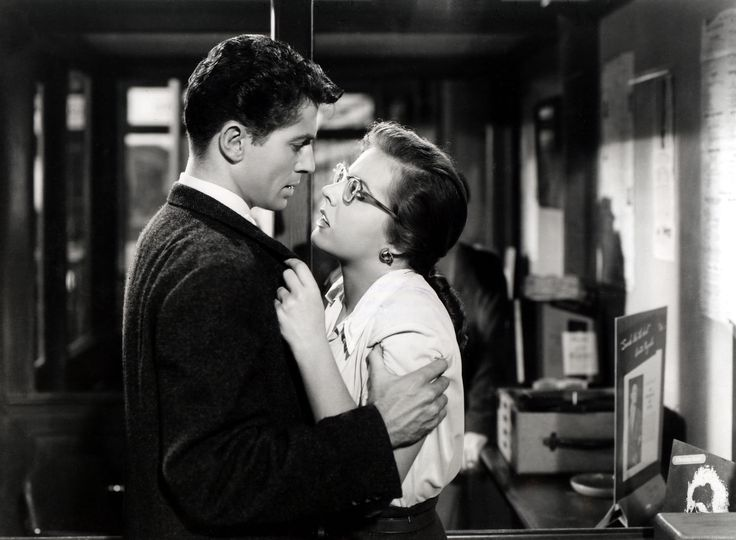 Farley Granger & Kasey Rogers (Laura Elliott)   (Strangers on a Train 1951) Alfred Hitchcock. Photo Warner Bros. Pictures.