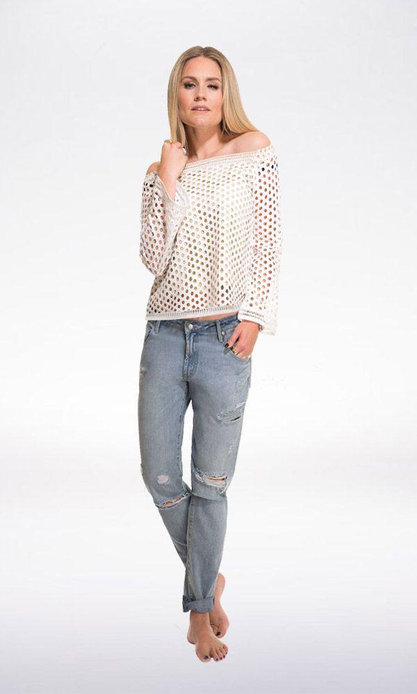 FEMALE FEELING Met de off-shoulder top Rona Bardot van Nikkie geef je je outfit een extra vrouwelijke touch. Combineer met een baggy jeans voor een stoer accent.