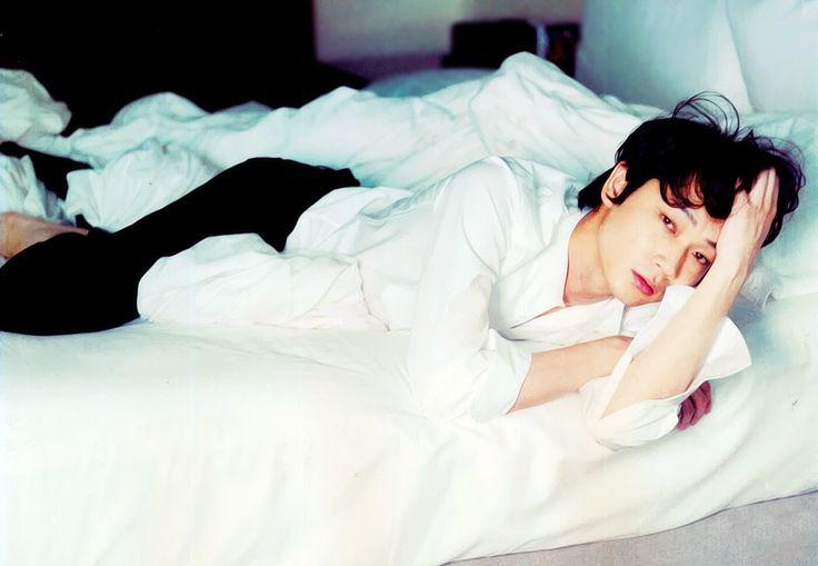 ベッドで寝そべる綾野剛さん。