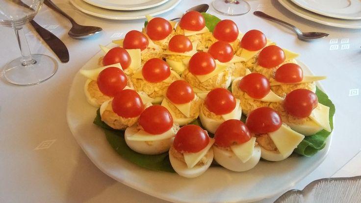 Jajka z suszonymi pomidorami i serem.