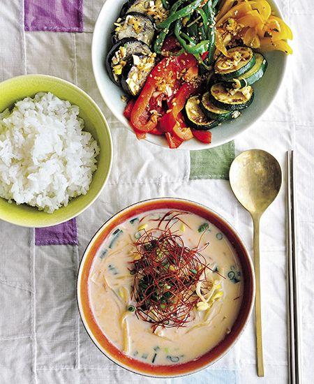 Cookbook_Everyday_31 May おとなり韓国の女性って、スリムなかたが多いですよね。理由はやはり、食生活にあり。肉中心に見えても、実は韓国は世界で一番といっていいくらい野菜を食べる国なのです。加えてにんにくや唐辛子などの韓