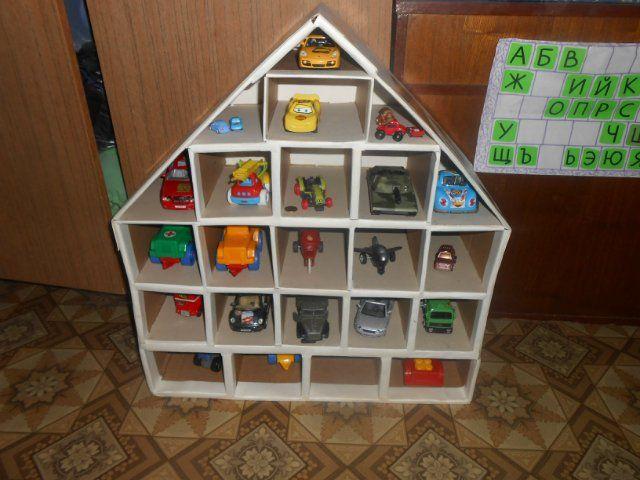 Мне тут подумалось- несправедливо это- у девочек кукольные домики а у мальчиков? И решила я сделать ему гараж для его многочисленного автопарка.