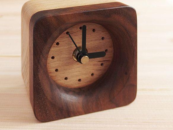 コンパクトにまとめられたミニマムサイズの置時計です。明るい色調のブナと濃色のウォルナットのツートンカラーがポイントです。サイズ 幅75×高さ75&...|ハンドメイド、手作り、手仕事品の通販・販売・購入ならCreema。