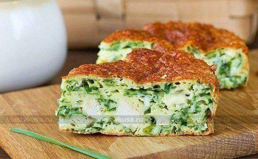 Ингредиенты:  -Зеленый лук — 200 г -Яйца куриные — 3 шт. -Сметана — 150 г -Мука — 1 стакан -Куриная отварная грудка — 150 г -Сыр твердый — 70 г -Разрыхлитель — 1,5 ч. л. -Сода — щепотка -Соль — 0,5 …