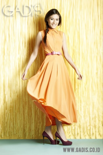 Looking fresh with citrus maxi shirtdress! Skinny pink belt surely can make you look more outstanding.