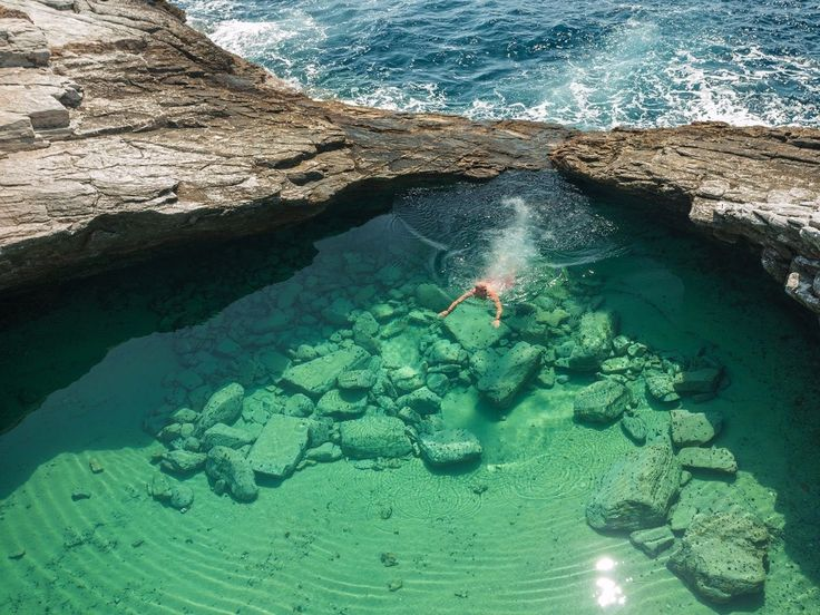 Giola é uma piscina natural na província grega de Astris - onde se pode desfrutar do reservatório com água maravilhosamente pura. Leia mais no https://insider.pro/pt/article/73323/