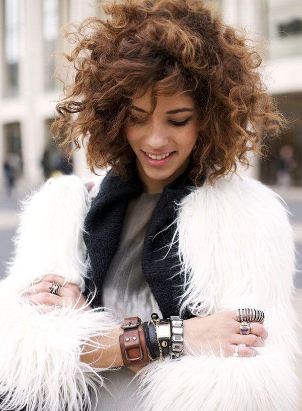 street-style-cabelo-cacheado-casaco-pele-fake-braceletes