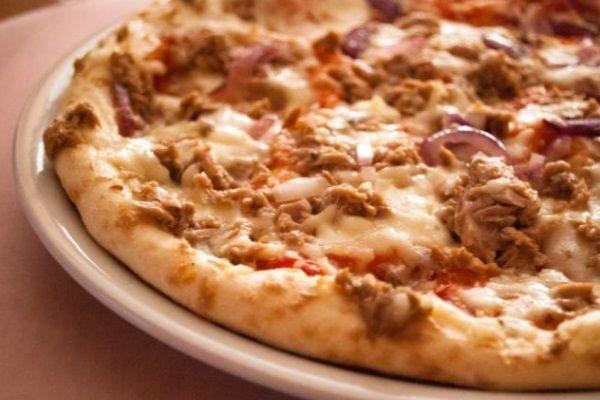 Waan jezelf op een terras in Italië waar je geniet van de late middagzon, onder het genot van een goed glas koude witte wijn en… deze overheerlijke pizza tonijn. Meer Italiaans dan deze variant kan het bijna niet worden. Maak hem vanavond en je zult deze combinatie hoog in je favorietenlijst plaatsen.Voorbereidingstijd, exclusief bereiden pizzadeeg, 10 minutenBaktijd 15-20 minutenGeschikt voor 1 grote variant van een diameter van 30 tot 40 cm of twee kleinere bodems.