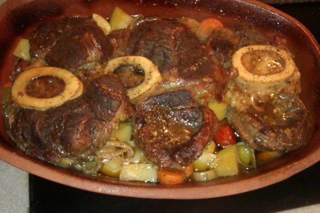 Das perfekte Zart geschmorte Rinderbeinscheiben aus dem Römertopf-Rezept mit einfacher Schritt-für-Schritt-Anleitung: Kartoffeln, Kohlrabi und Kartoffeln…