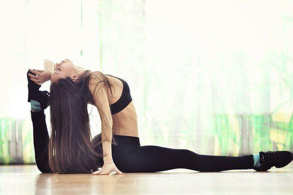 САДИМСЯ НА ШПАГАТ  Забирай и делай!  Вам понадобится: Легкая одежда из натуральной ткани для тренировок, коврик, настойчивость и целеустремленность  1) Разминка необходима, чтобы разогреть мышцы. Для этого подойдут прыжки, бег на месте, махи руками и ногами или просто интенсивная ходьба в течение 10-12 минут. Этого времени достаточно, чтобы перейти к упражнениям по растяжке.  2) Сядьте на пол (на коврик) и вытяните ноги. Пальцами рук старайтесь достать пальцы ног. Спина должна быть…