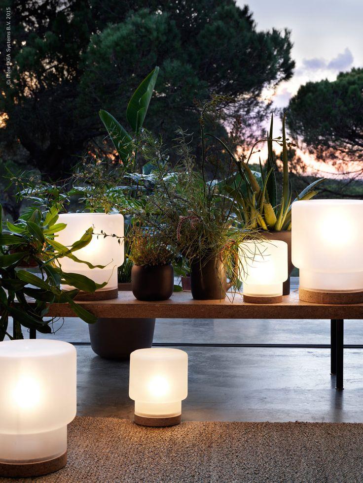 Vi skiner upp av nya lampan SINNERLIG!  Det frostade glaset lyser mjukt i höstmörkret och utstrålar lugn och harmoni. Kontrasten mellan glas och kork skapar en skön och naturlig punkt att vila ögonen på.