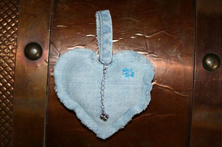 Schlüsselanhänger - Schlüsselanhänger Herz, Jeans, Blumenanhänger - ein Designerstück von Angelas_Kreativwelt bei DaWanda