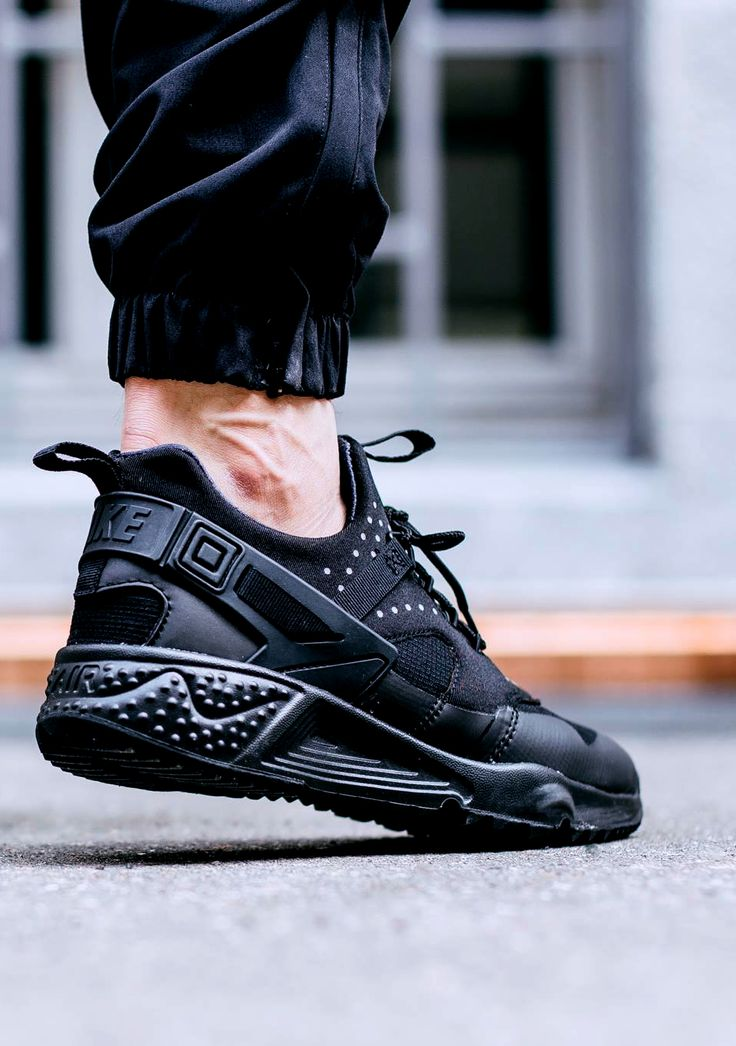NIKE AIR HUARACHE UTILITY 'Triple Black' (via Kicks-daily.com)