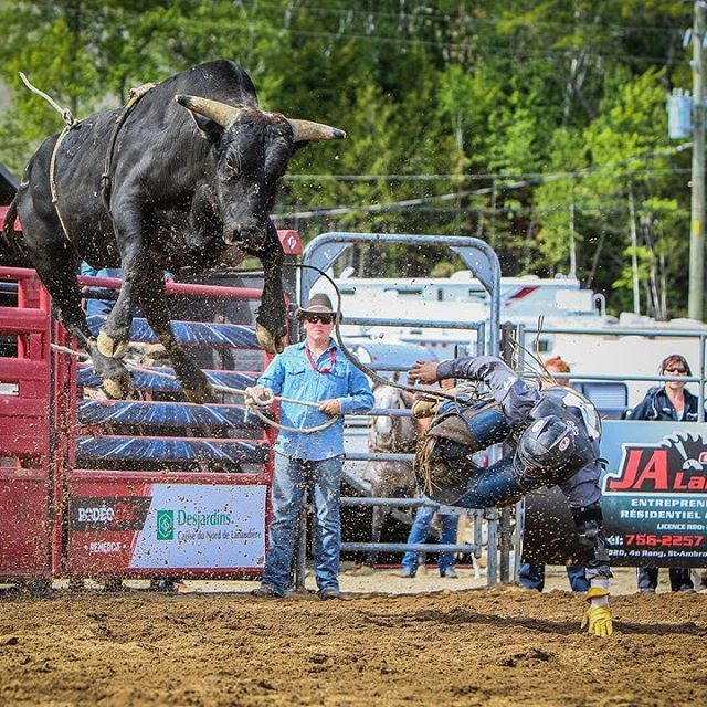 Rodéo 2015 #rodeo #bull #rodeofest #lanaudiere #rapprochezvous #cowboys #cowboysphotos #photoshoot #cowboy #rodeolife #stcome #rodeoshow #jump #show