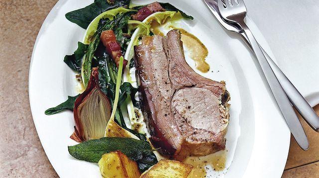 Côtes de porc braisées au pissenlit et aux lardons