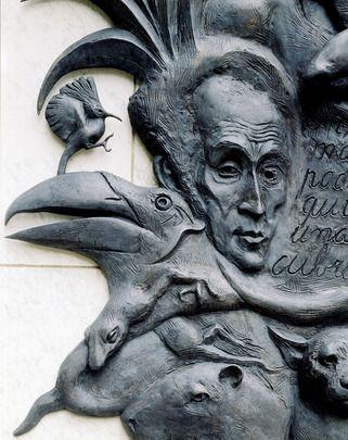 Les pays d'#AmériqueLatine ont offert aux Nations Unies cette plaque de bronze de l'artiste vénézuélien Marisol Escobar commémorant Simon Bolivar et le Congrès de Panama. Est inscrit en espagnol sur la plaque : « Dans les siècles futures peut-être n'y aura-t-il qu'une seule Nation couvrant l'univers : l'État fédéral. » (vue 2)