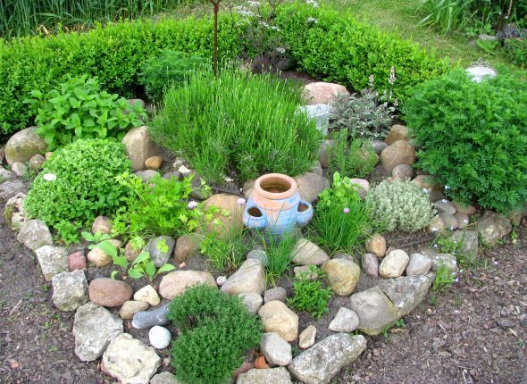 Kräuterbeet - Die Steine dienen zur Wärmespeicherung am Tag und gibt sie zur Abendzeit wieder ab...