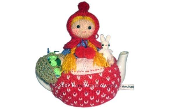 Вязаная спицами грелка на чайник. Красная Шапочка с корзиной яблок