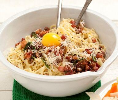 Recept: Spagetti carbonara med rökt sidfläsk och salvia