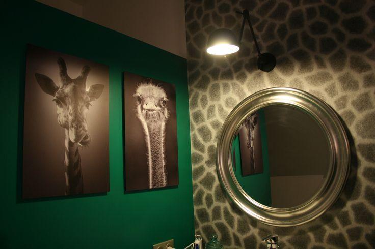 Rénovation salle de bain - papier  peint peau de girafe, photographies animaux noir et blanc, vert emeraude, carreaux de ciment - Maya Saget Décoratrice d'Interieur
