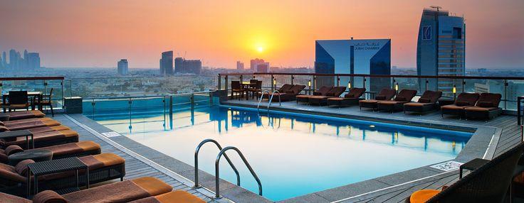 Vom Dachswimmingpool eröffnet sich ein atemberaubender Ausblick auf den Dubai Creek.