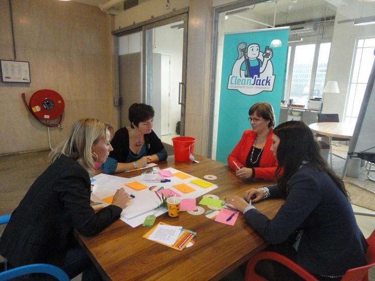 In groepjes aan de slag met de bouwstenen van Communitybuilding tijdens de workshop 'starten met Communitybuilding'
