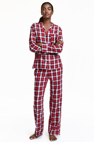 Pyjama en flanelle: Pyjama en douce flanelle de coton. Chemise à manches longues avec poche de poitrine et fentes latérales. Pantalon avec jambes droites et amples. Élastique à la taille.