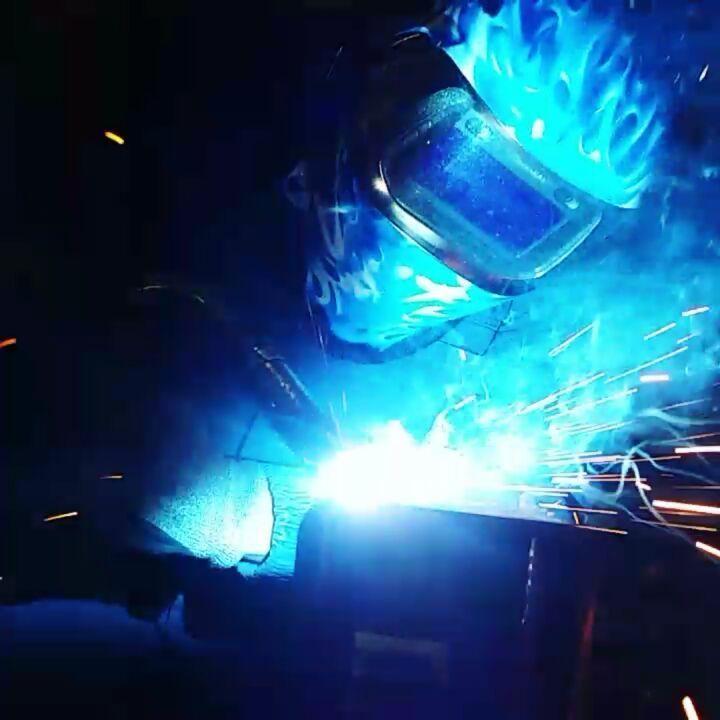 Probando la nueva careta!!  #welder #welderlife #MIG #metalwork #weldingart  #weldhelmet #welding #testing #weldinglove #sparks