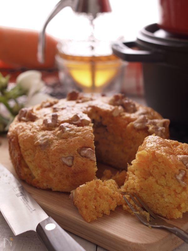 『蜂蜜』の甘さと『味噌』の塩味が美味しさの秘密♪苦手な人参だって、美味しく食べられますよ。あっさりしているケーキなので、朝食にもいいですよ。  今回はお鍋の『ストウブ』で焼き上げます。