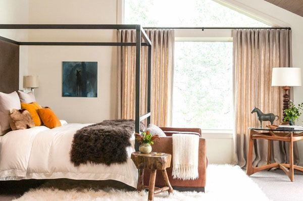 Chambre à coucher lumière confortable canapé beige blanc de terrasse de plafond en bois