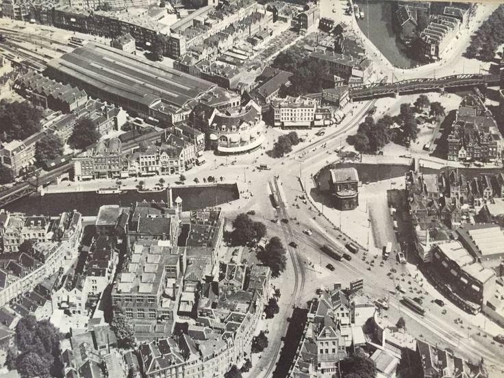 foto 1 Een van de meest dramatische gebeurtenissen voor de stad is het bombardement van 14 mei 1940 geweest. Rond 13:30 uur startte op die dag de kwartier durende bommenregen. Bijna de gehele historische binnenstad werd hierdoor verwoest, mede door de vele branden die ontstonden. Deze 2 foto's die bijna uit hetzelfde standpunt geschoten zijn, laten goed de enorme impact van het bombardement zien. Je ziet station Hofplein met daarvoor het karakteristieke café Loos. Ook zie je het luchtspoor…