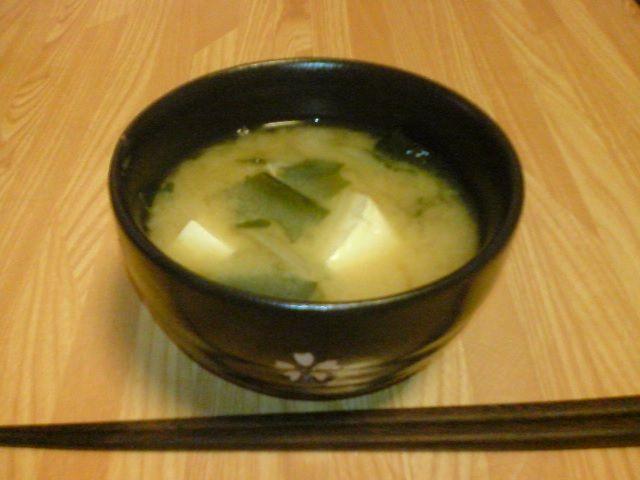 Um eine typische Misosuppe mit Tofu als Einlage zu kochen, benötigt man folgende Zutaten (für vier Portionen):   3 Tassen Dashi Fond  1 Tofublock  3-4 TL Miso-Paste  1/4 Tasse klein gewürfelte Frühlingszwiebel  Zubereitung der Miso-Suppe: Wasser aufkochen und Dashi hinzu. Währenddessen schneidet man den Tofu in mundgerechte,