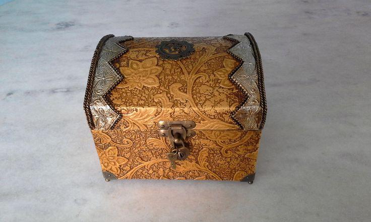Bau com textura dourada e latonagem envelhecida . www.elo7.com.br/esterartes