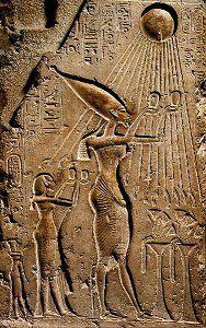 Echnaton und Nofretete opfern dem Sonnengott Aton