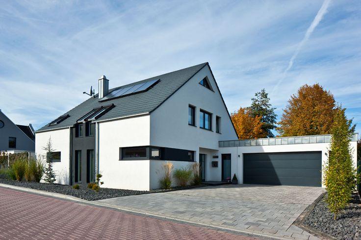 Die besten 25 einfamilienhaus ideen auf pinterest for Hausbau modern satteldach